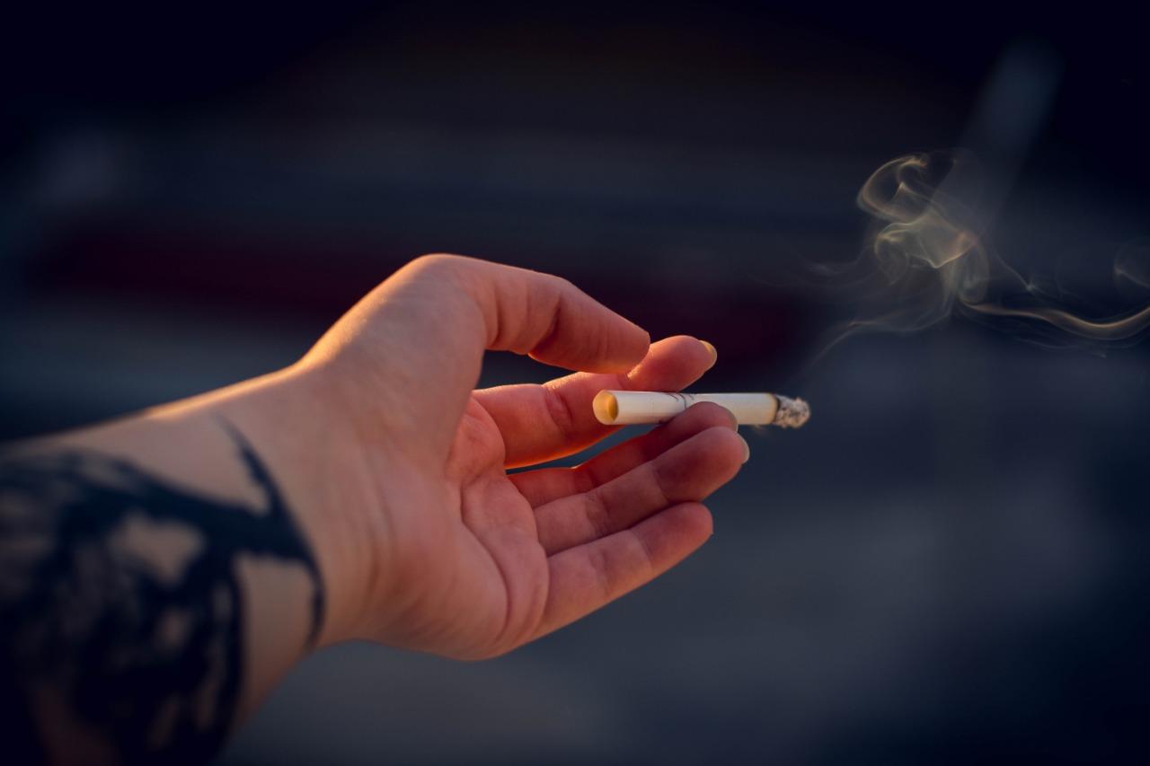 鄰居抽菸有二手菸飄進家裡怎麼辦?律師教你如何保衛居住安寧權!